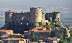 """La fortezza di Vairano Patenora è composta da quattro torri, di cui la più massiccia è detta torre """"mastra"""": all'interno, ormai quasi completamente distrutto, sono ancora visibili la suddivisione dei piani, le cucine, le carceri e l'antica cisterna."""
