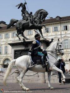 """Il Capitano Paolo Mezzanotte, comandante del Gruppo Squadroni dell'8° Reggimento """"Lancieri di Montebello"""" al XLIII raduno nazionale dell'Arma di Cavalleria che si svolse a Torino dal 20 al 22 maggio 2011."""