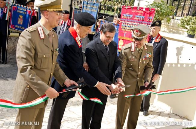 Il Sottosegretario di Stato alla Difesa, On. Domenico Rossi, taglia il nastro nel corso della cerimonia di riposizionamento del mosaico